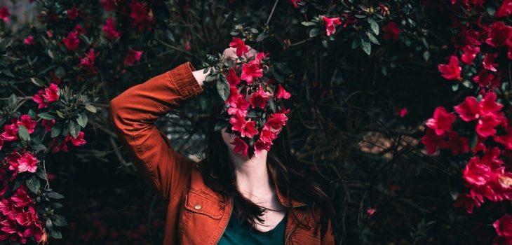 Foto capa da crônica Minha timidez atrapalha meu alcance digital no site Gabriela Araujo.